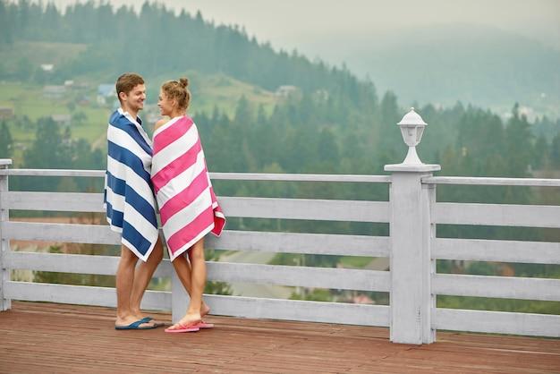 Casal dançando no terraço, olhando nos olhos.