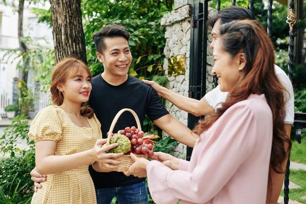 Casal dando frutas aos pais