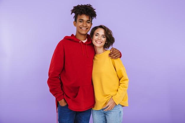 Casal de adolescentes multiétnicos alegres, juntos, isolados, se abraçando