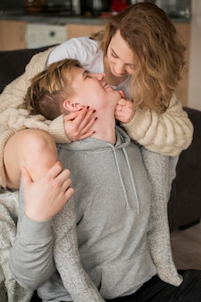 Casal de alto ângulo beijando