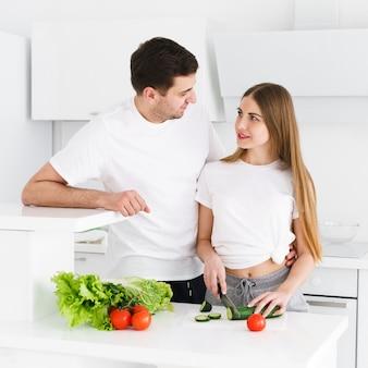 Casal de alto ângulo fazendo salada