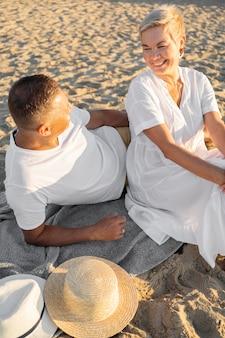 Casal de alto ângulo na praia