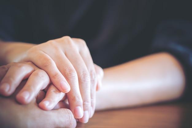 Casal de amante segurando a mão do outro