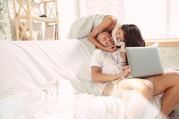 Casal de amantes em casa relaxando juntos.