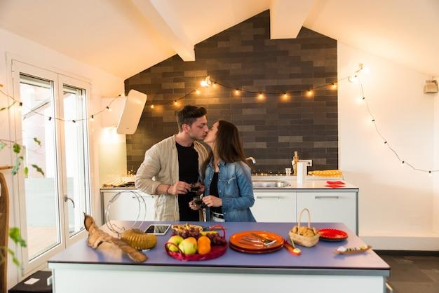 Casal de amantes em casa