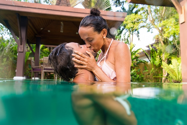 Casal de amantes em uma bela vila com piscina