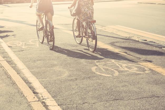 Casal de amigos com bicicletas na ciclovia.