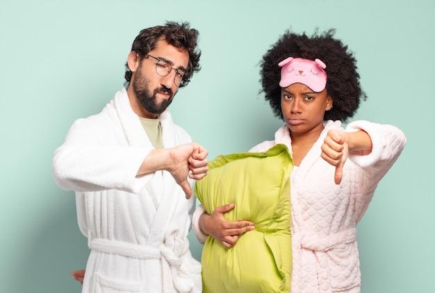 Casal de amigos multirraciais sentindo-se zangados, zangados, irritados, desapontados ou insatisfeitos
