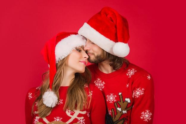 Casal de ano novo. beijo de casal de natal. caixa de presente. casal sensual de ano novo. presentes para presentear. relacionamentos. venda de ano novo.