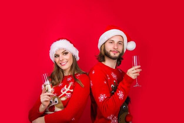 Casal de ano novo. casal de natal com champanhe. caixa de presente. casal sensual de ano novo. presentes para presentear. relacionamentos. venda de ano novo.