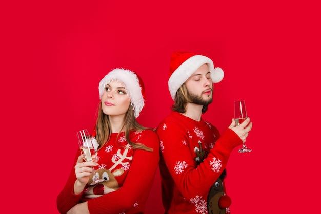 Casal de ano novo com champanhe. casal de natal. presentes de natal. relacionamentos. venda de ano novo. desconto. publicidade de natal. taça de champanhe.