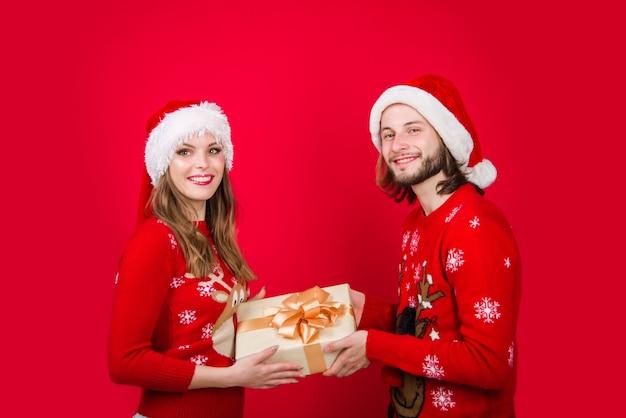 Casal de ano novo. presentes de natal. caixa de presente. anúncio. presentes para presentear. relacionamentos. venda de ano novo.