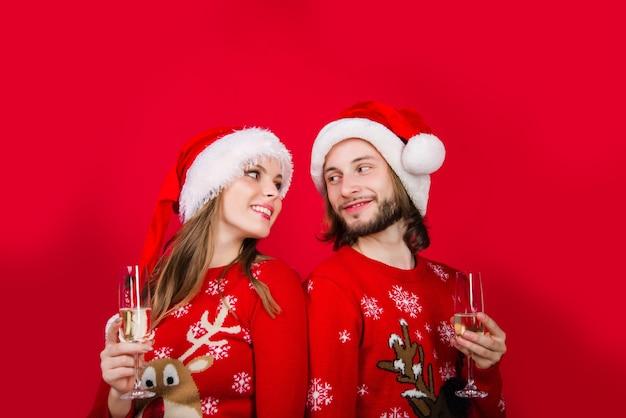 Casal de ano novo. presentes de natal. caixa de presente. casal sensual de ano novo. anúncio. presentes para presentear. relacionamentos. venda de ano novo.