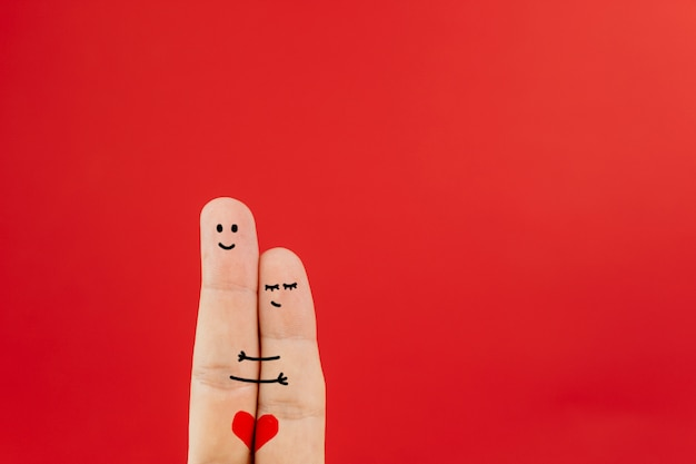 Casal de arte dedo abraçando suavemente