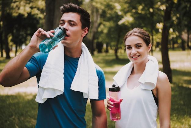Casal de atletas após o treinamento no green park