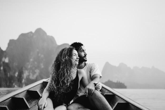 Casal de barco em um lago tranquilo