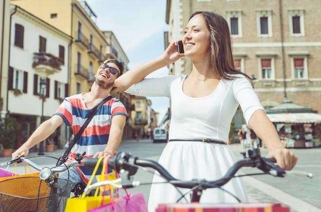 Casal de bicicleta pelas ruas