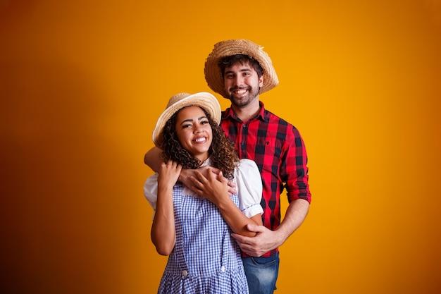 Casal de brasileiros com roupas tradicionais para festa junina Foto Premium