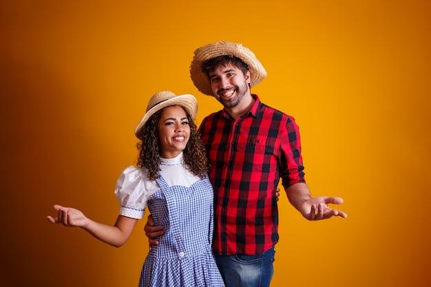 Casal de brasileiros com roupas tradicionais para festa junina