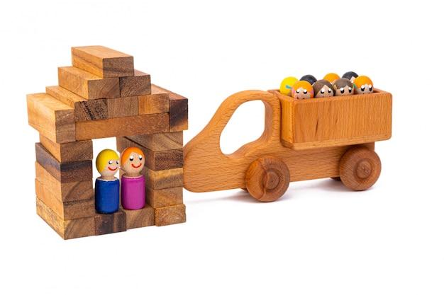 Casal de brinquedo de madeira vive em suas belas casas de madeira em branco
