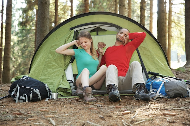 Casal de caminhantes descansar na tenda