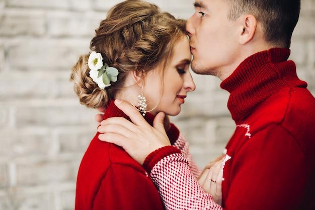 Casal de camisolas vermelhas se divertindo juntos