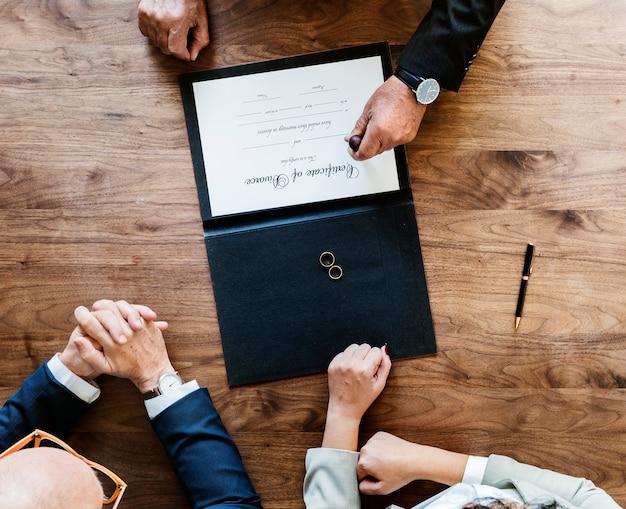 Casal de casamento brekaup com certificação de divórcio