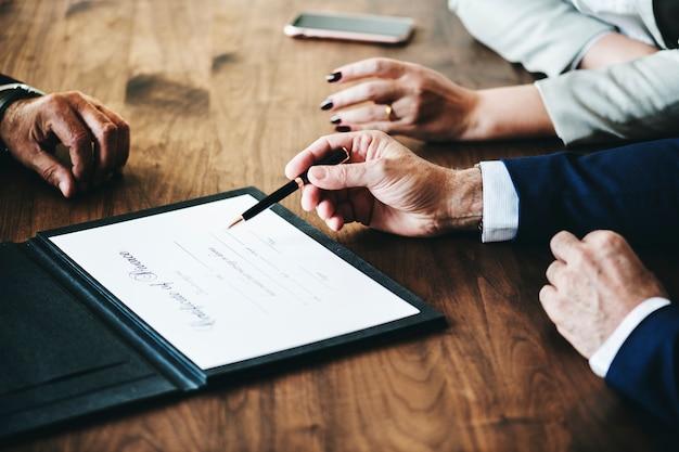 Casal de casamento de separação com certificação de divórcio