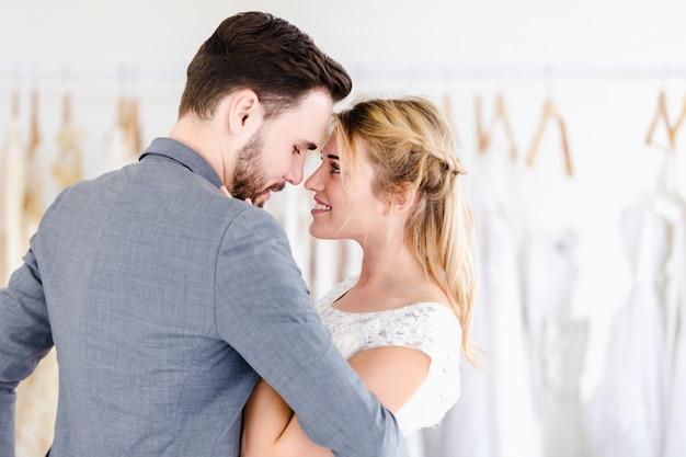 Casal de casamento lindo modelo na loja de estúdio