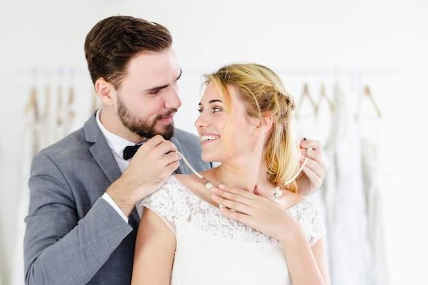 Casal de casamento lindo retrato modelo na loja de estúdio