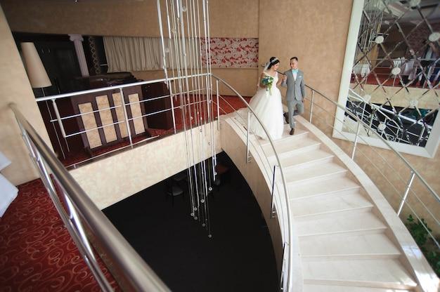 Casal de casamento sorridente incrível. noiva bonita e noivo elegante.