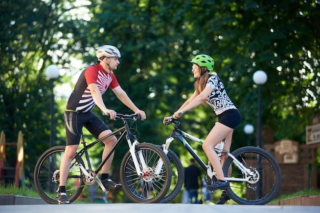 Casal de ciclistas profissionais andando de bicicleta
