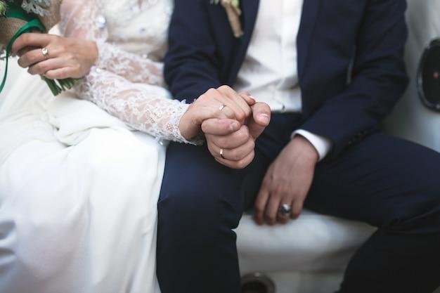 Casal de colheita mostrando anéis de noivado
