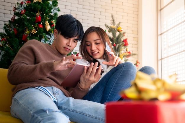Casal de compras nas férias de natal