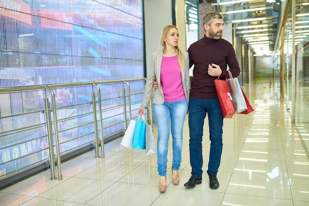 Casal de compras no shopping