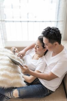 Casal de compras on-line em casa