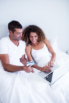 Casal de compras on-line