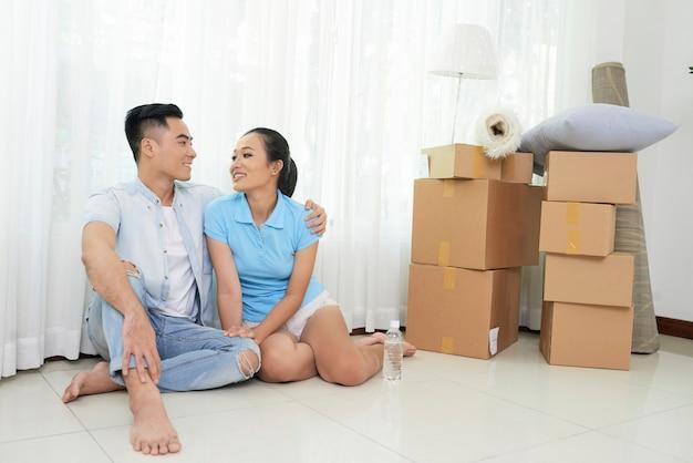 Casal de conteúdo com caixas no novo apartamento