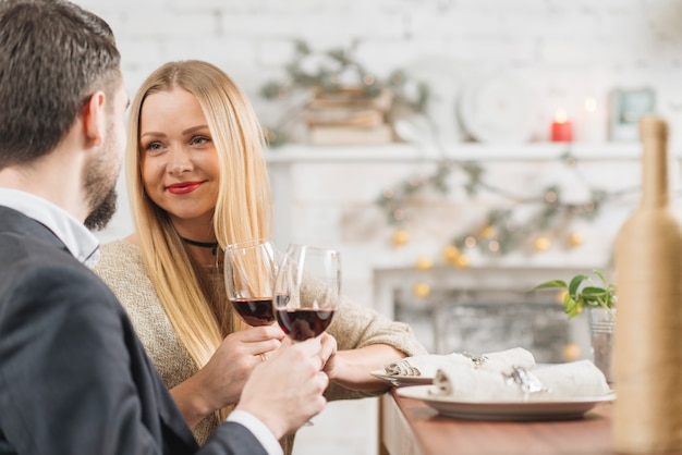 Casal de conteúdo, desfrutando de um jantar romântico