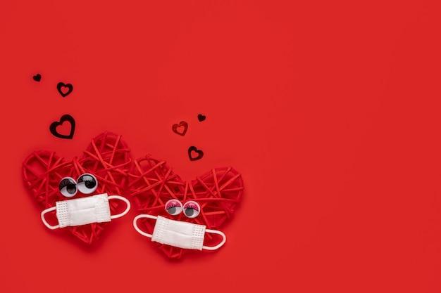 Casal de corações vermelhos apaixonado por máscara protetora valentineâ € ¦ dia dos namorados concept.