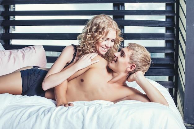 Casal de cueca no quarto na cama