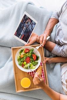 Casal de culturas comendo e assistindo séries de tv