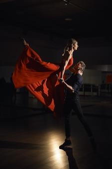 Casal de dança de paixão, mulher pulando