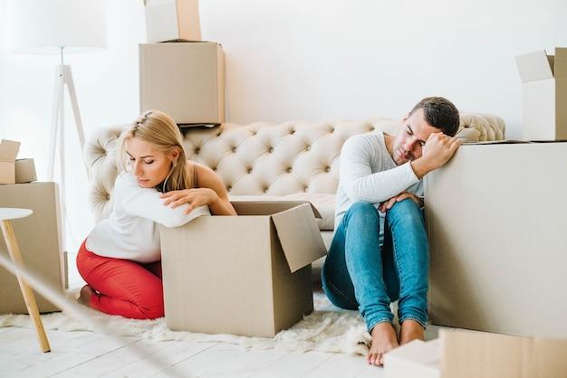 Casal de deslocamento cansado