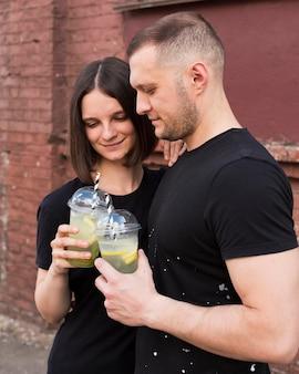 Casal de dose média com bebidas