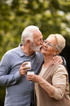 Casal de dose média com café