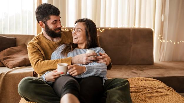 Casal de dose média com xícaras de café