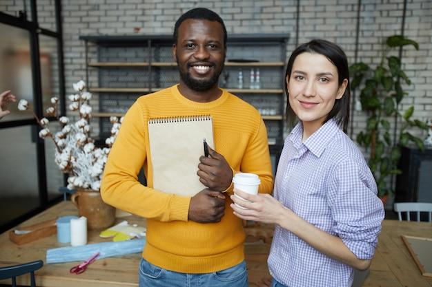 Casal de empresários posando no art studio