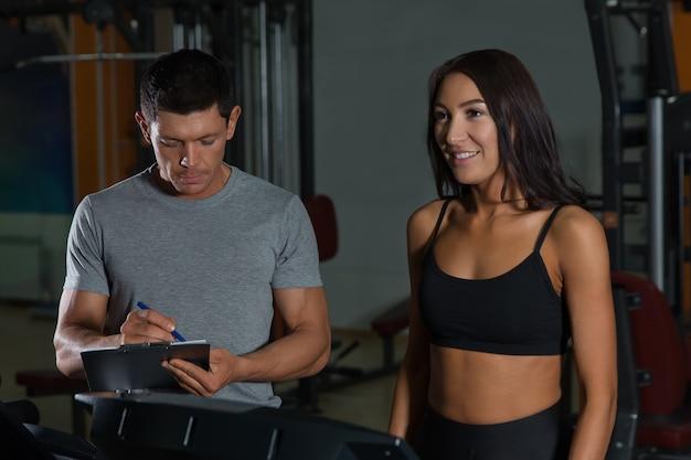 Casal de esporte em treino no clube de fitness. estilo de vida ativo, homem e mulher na academia