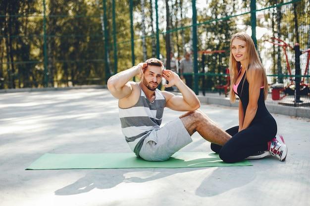 Casal de esportes em um parque de verão de manhã